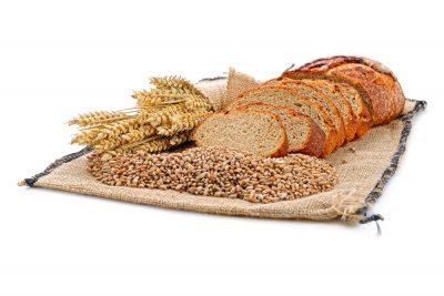 frisches geschnittenes Brot auf weißem Hintergrund